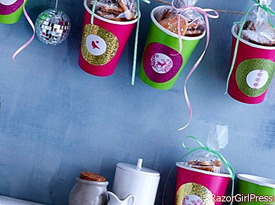 Plate gifts: personalized cups & Christmas shortbread