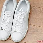 White sneakers: how to wear them?